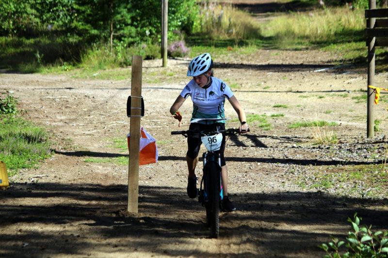 Nuori maastopyöräharrastaja kisaamassa