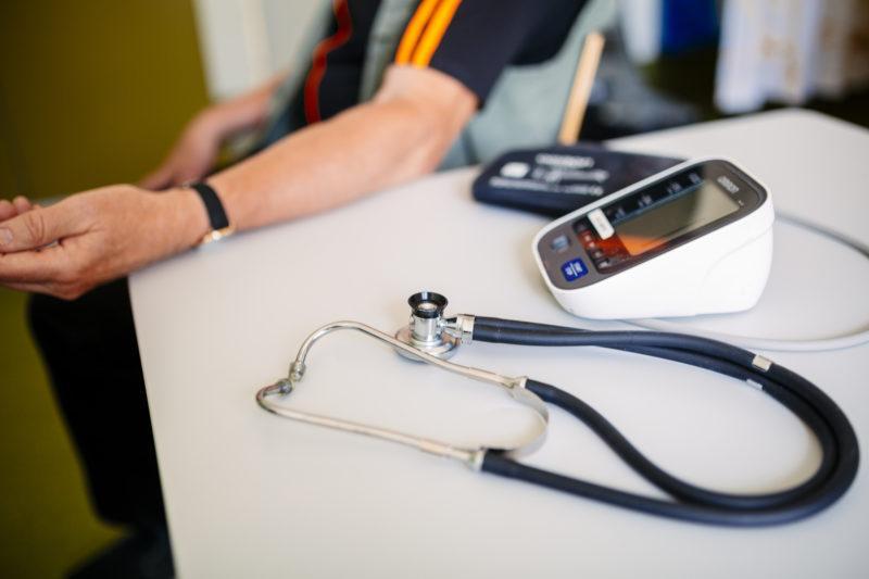 Pöydällä stetoskooppi ja verenpainemittari