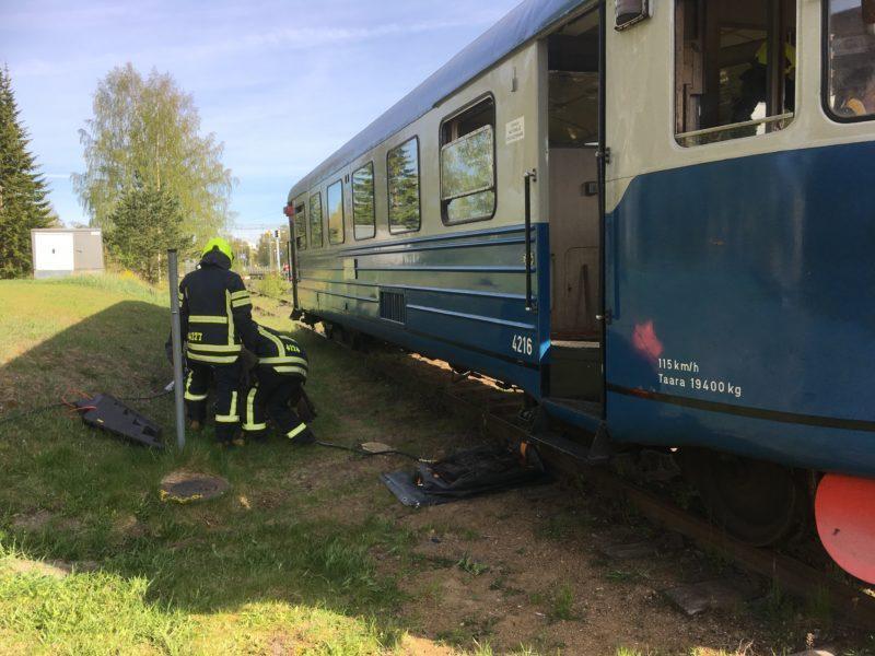 VPK harjoittelee vanhan junanvaunun vieressä