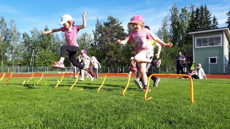 Lapsia urheilemassa