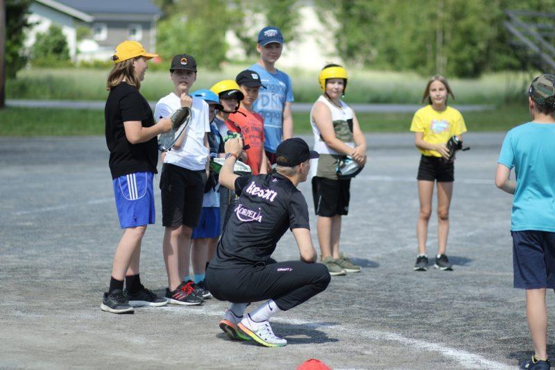 Lapsia pesäpallo harjoituksissa