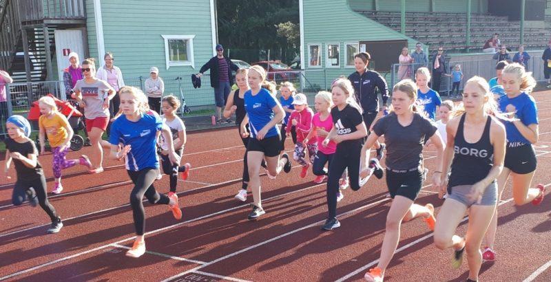 Lapsia ja nuoria juoksemassa
