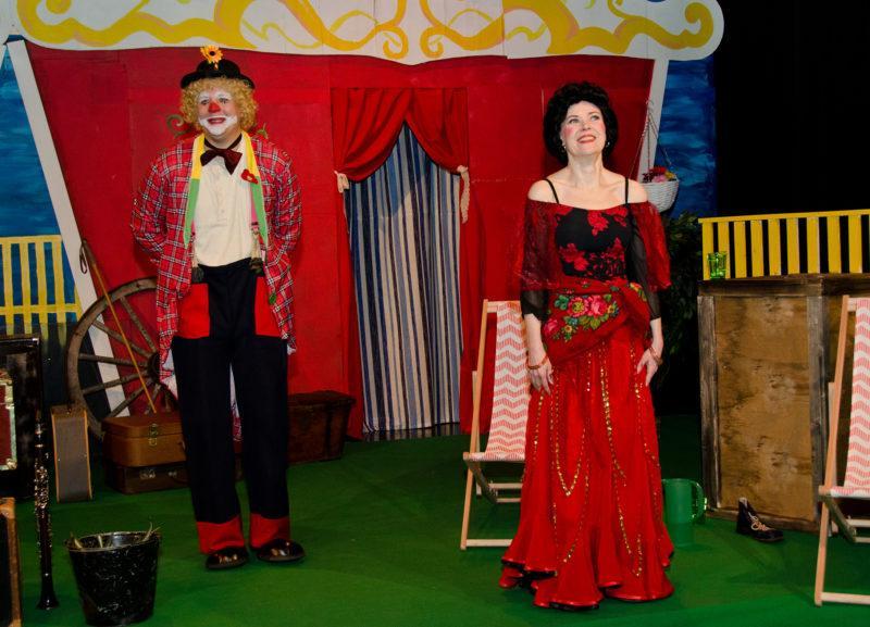 Kohtaus sirkusesityksestä jossa sirkuspelle ja ennustaja