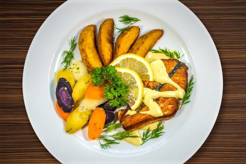 Kala-annos lautaselle aseteltuna