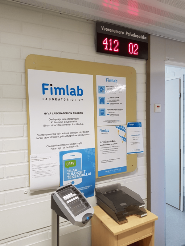 Fimlab vuoronumeroautomaatti ja informaatiotaulu