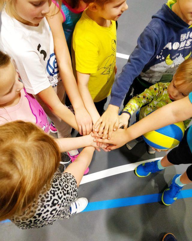 Lapsia kädet yhdessä