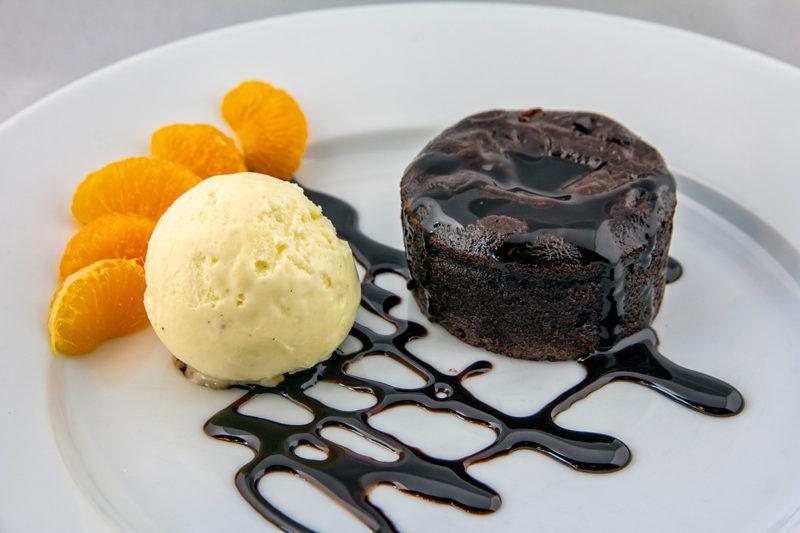 Suklaaleivos ja jäätelöannos aseteltuna lautasella