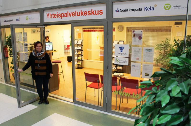 Palveluneuvoja yhteispalvelukeskuksen ovella