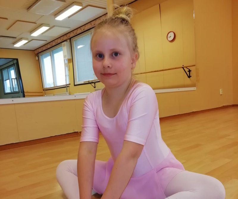 tyttö balettiasussa