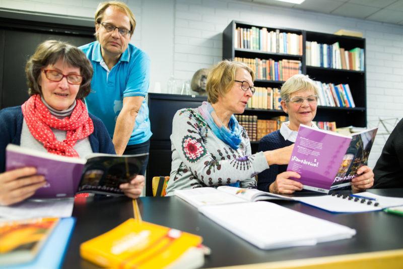 Opiskelijat tekevät pariharjoituksia kieliryhmässä