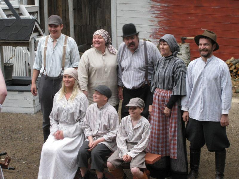 Ryhmäkuva näyttelijöistä näytelmän asusteissa