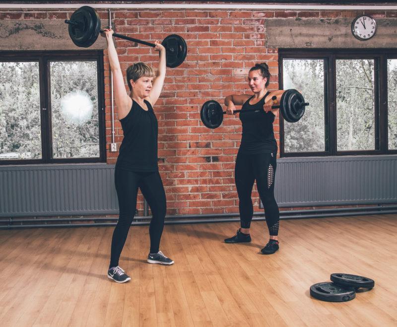 Naisia voimistelemassa Tovolin tiloissa