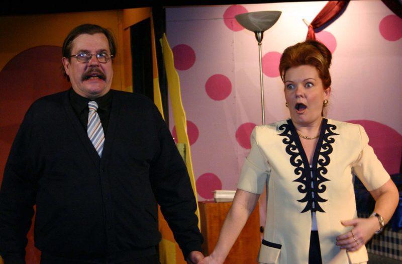 Kohtaus näytelmästä jossa mies, -ja naisnäyttelijä