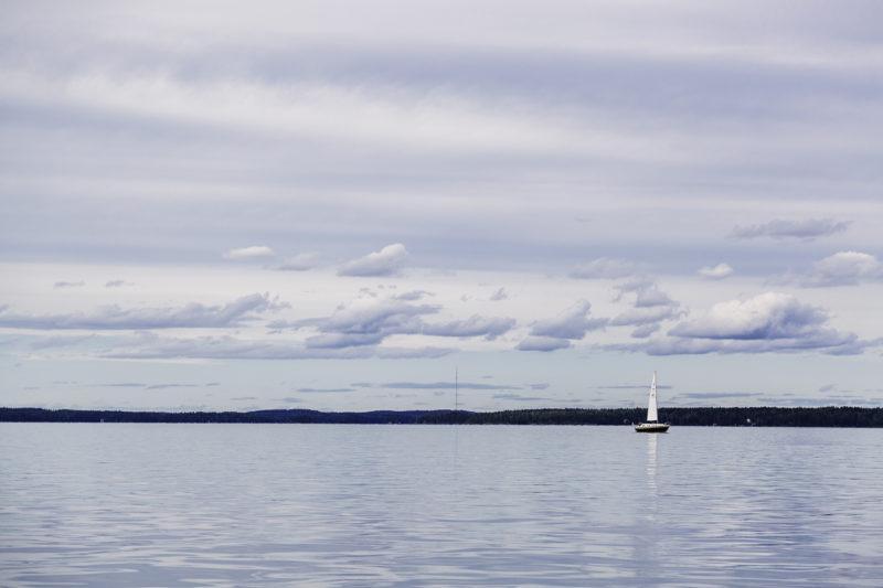 Järvimaisema ja purjevene