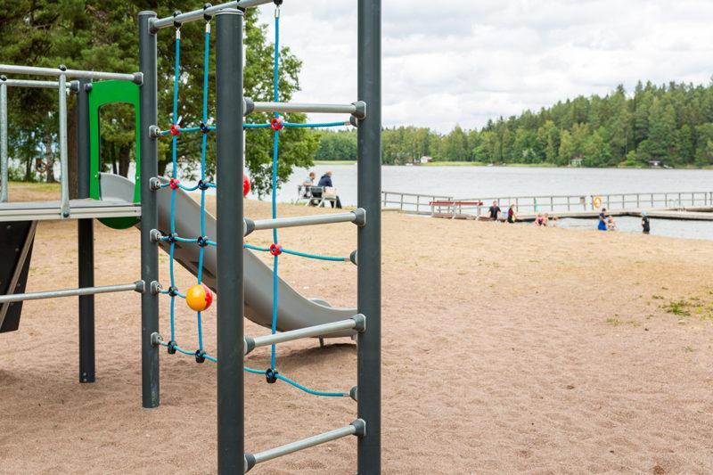Leikkipuisto rannalla