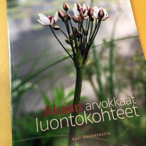 akaan arvokkaat luontokohteet-kirja pöydällä