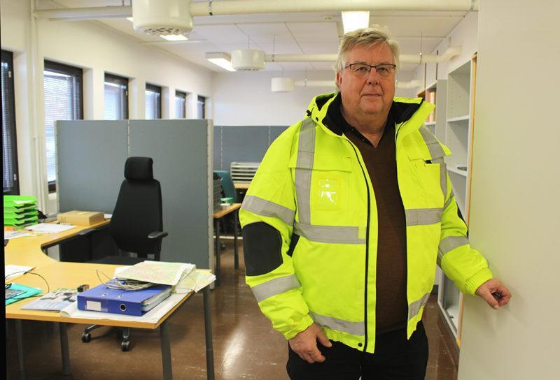 Kimmo Seppälä seisoo työhuoneessaan