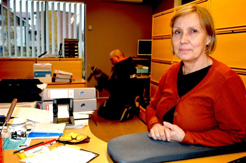 nainen istuu työpöydän ääressä