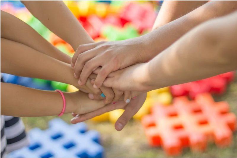 Lasten kädet toistensa päällä