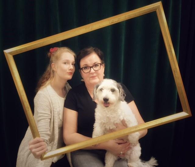 Sisustus Atelier Miwall Oy:n henkilöitä ja koira