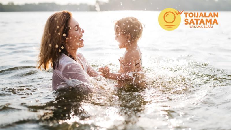 nainen ja lapsi leikkivät vedessä
