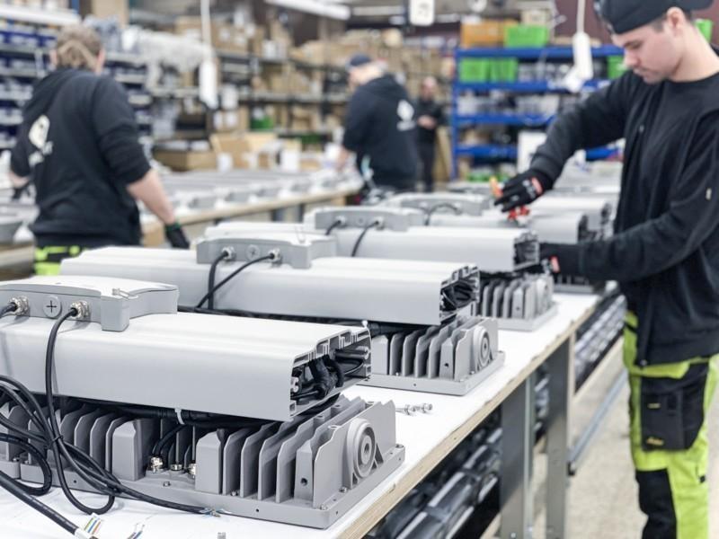 Kuvassa kokoonpannaan HD-FL Marine Grade LED-valonheittimiä Akaan tuotantolinjalla
