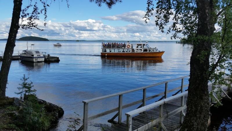 risteilyalus lipuu järvellä