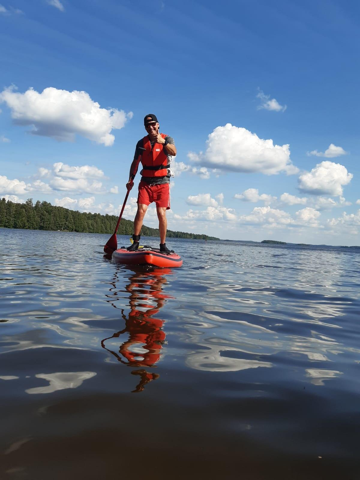 Mies suppilaudalla järvellä