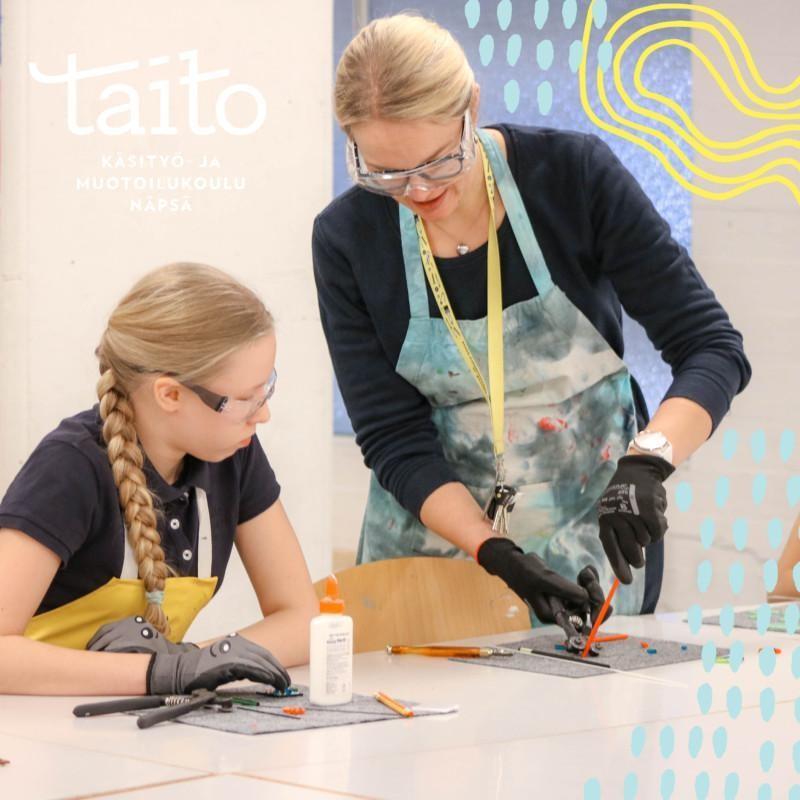 Nainen ja tyttö tekevät muotoilutöitä