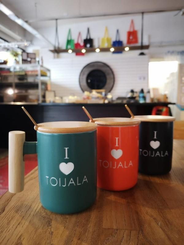 Kolme kahvikuppia pöydällä