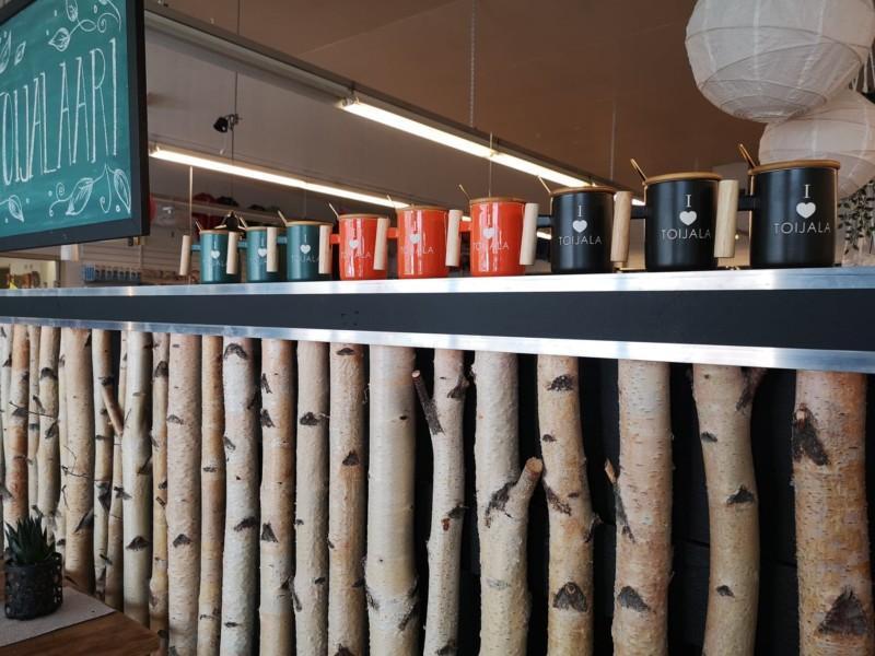 Kahvibaarin pöydällä Toijala aiheisia kahvikuppeja rivissä