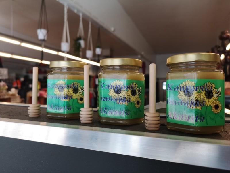 Hunajapurkit hyllyllä