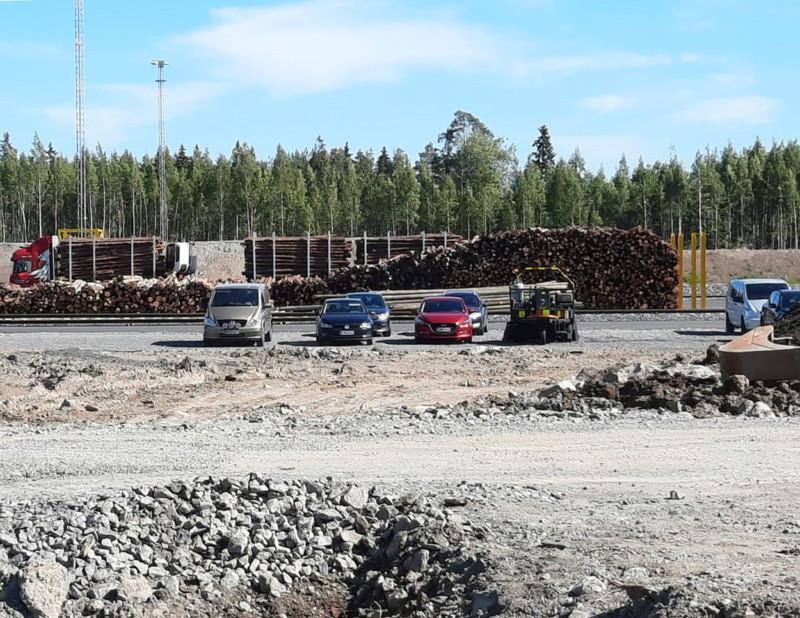 puukuormausalue ja autoja