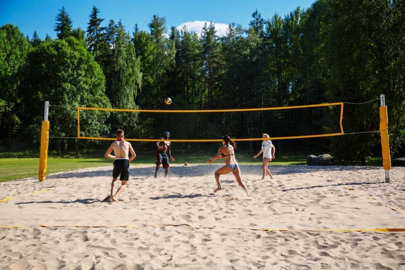 beach volleyn pelaajia kentällä