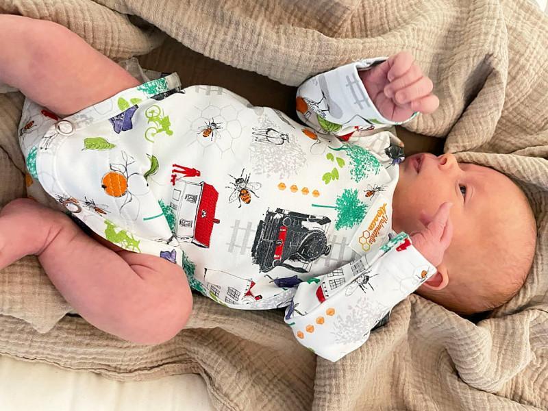 vauva makaa body yllään
